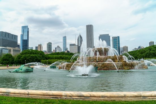 Buckingham Fountain with the chicago city skyline in the background